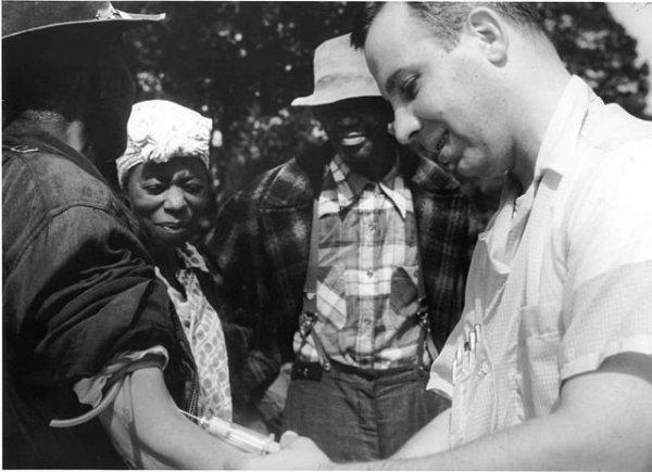 Szifiliszes betegek placebo injekciót kapnak egy orvostól Tuskegee-ben.