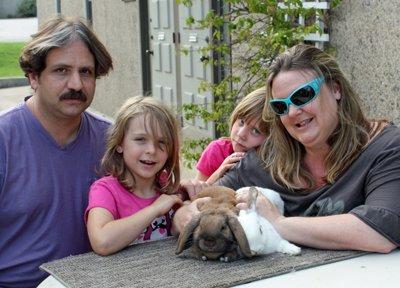 Magyar honlapon mosolygó amerikai család
